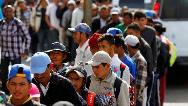 Los migrantes, parte de una caravana de miles que intentan llegar a los EE. UU., Hacen cola para recibir una comida gratis después de llegar a Tijuana, México, el 13 de noviembre de 2018.