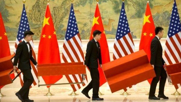 Los asistentes establecieron plataformas antes de una foto de grupo con miembros de delegaciones de negociación comercial de Estados Unidos y China en Beijing, China, el 15 de febrero de 2019.