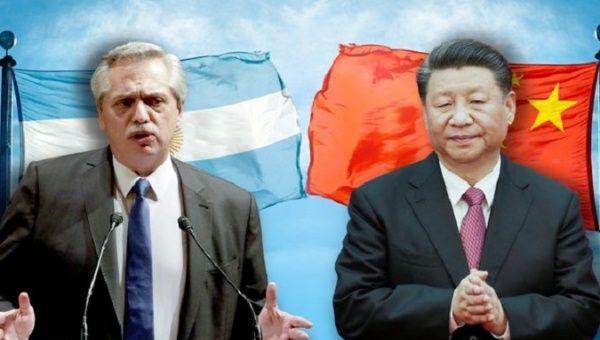 Argentiniens Präsident Alberto Fernandez (L) und Chinas Präsident Xi Jinping (R):