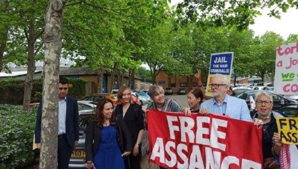 Free Assange signs