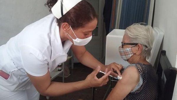 Citizen receives a dose of COVID-19 vaccine, Cuba, Sep. 2021.